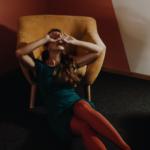 Mujer joven con el SÍndome de Burnout